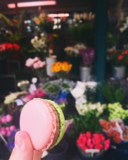 Macarons that match the flowers